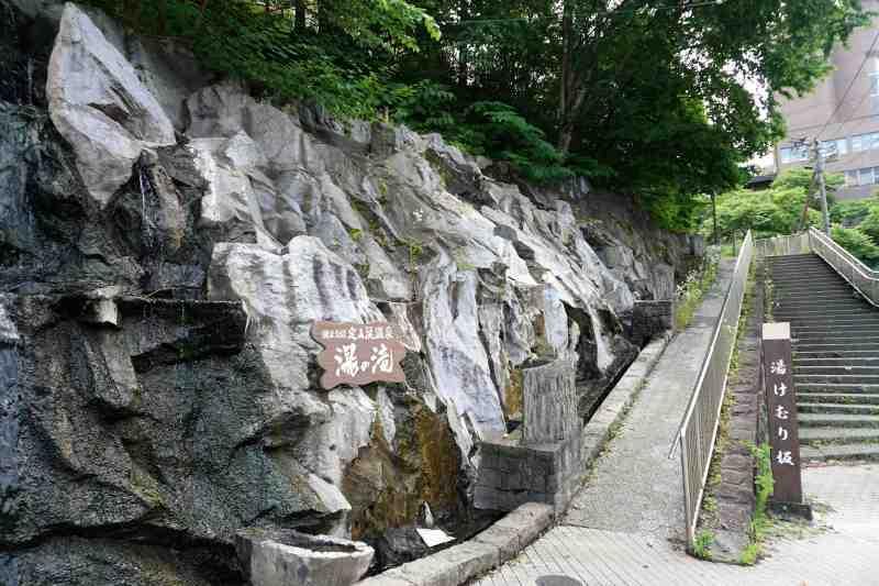 定山渓温泉街の「湯けむり坂」と「湯の滝」