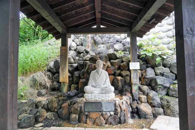 定山源泉公園内にある美泉定山像