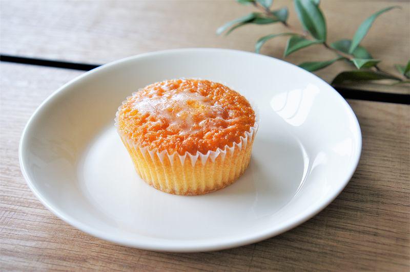 六花亭のレモンケーキ「万作」がテーブルに置かれている