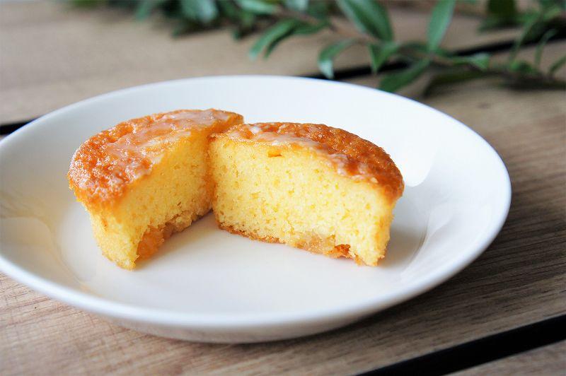 六花亭のレモンケーキ「万作」が半分にカットされ、テーブルに置かれている