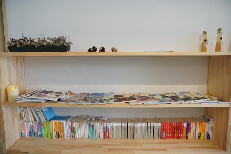 Cafe Piano Piano(カフェピアーノピアーノ)の本棚とカウンター