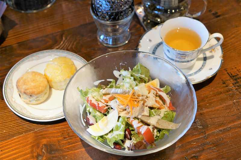 サラダやビスケット、紅茶などがテーブルに置かれている