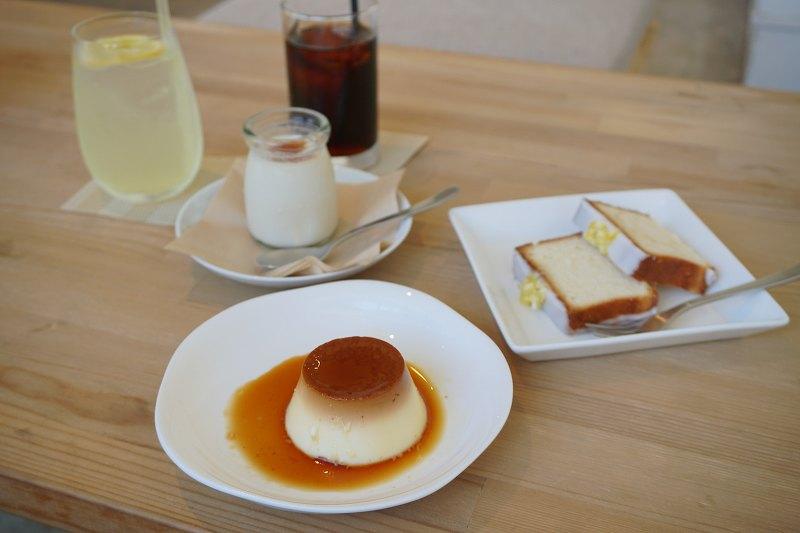 プリン、レモンケーキ、レモンサイダー、アイスコーヒーなどがテーブルに置かれている