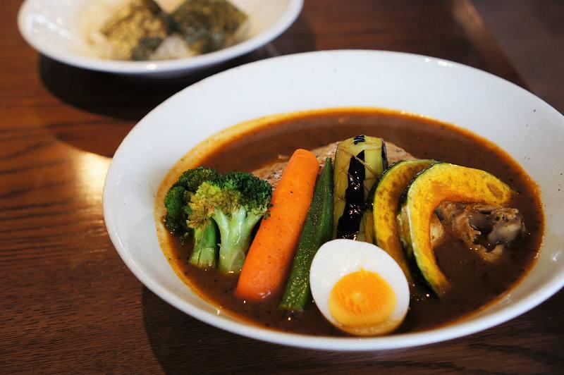 札幌らっきょのスープカレーとライスがテーブルに置かれている