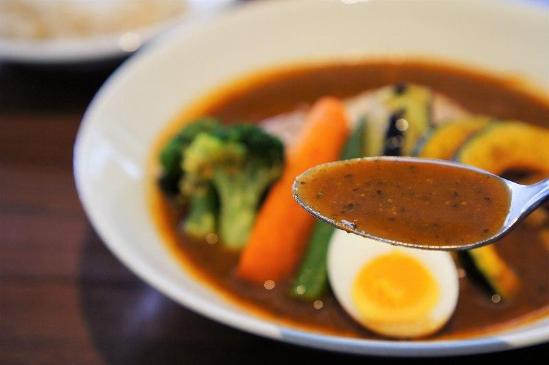 札幌らっきょのスープカレーをスープーンですくった様子