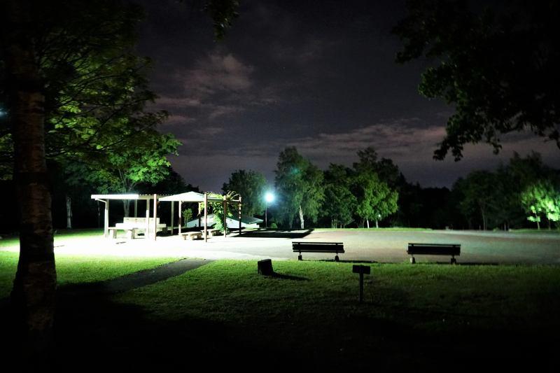 柏木地区レクリエーション施設の夜のキャンプ場