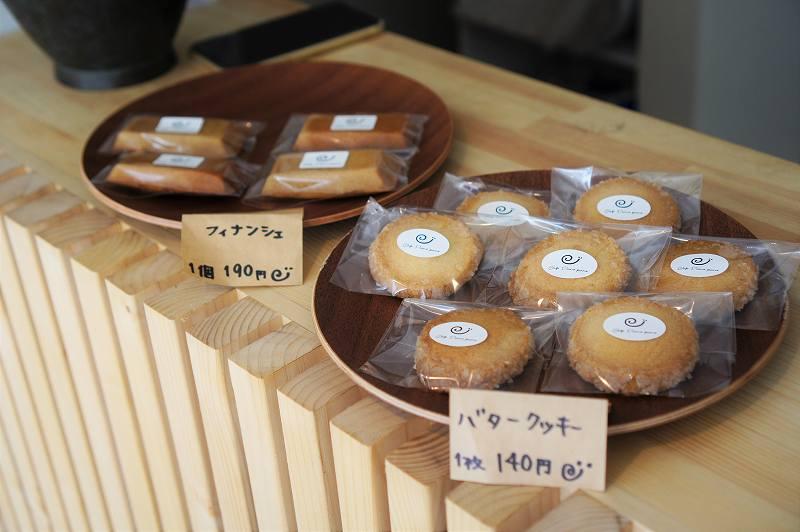 Cafe Piano Piano(カフェピアーノピアーノ)のフィナンシェとバタークッキーがレジ横のカウンターにたくさん置かれている