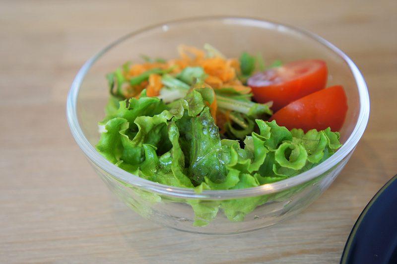 Cafe Piano Piano(カフェピアーノピアーノ)の地元野菜を使ったサラダがテーブルに置かれている