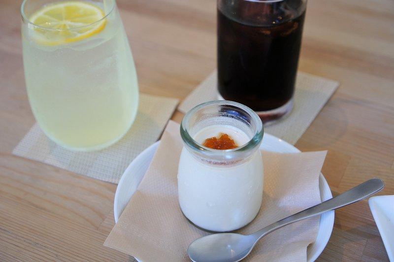 Cafe Piano Piano(カフェピアーノピアーノ)の檸檬サイダー、水出しアイスコーヒー、白いコーヒーゼリーがテーブルに置かれている