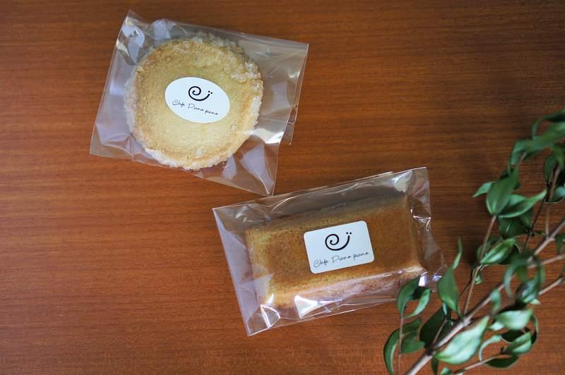 Cafe Piano Piano(カフェピアーノピアーノ)のバタークッキーとフィナンシェがテーブルに置かれている