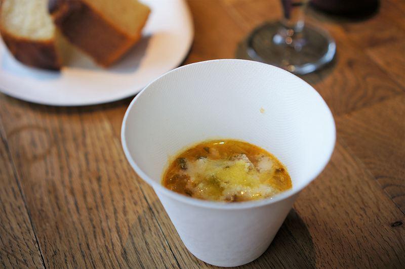 スープとフォカッチャがテーブルに置かれている