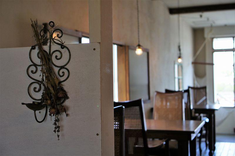 アンティーク調の飾りとドライフラワーがパーテーションに飾られている