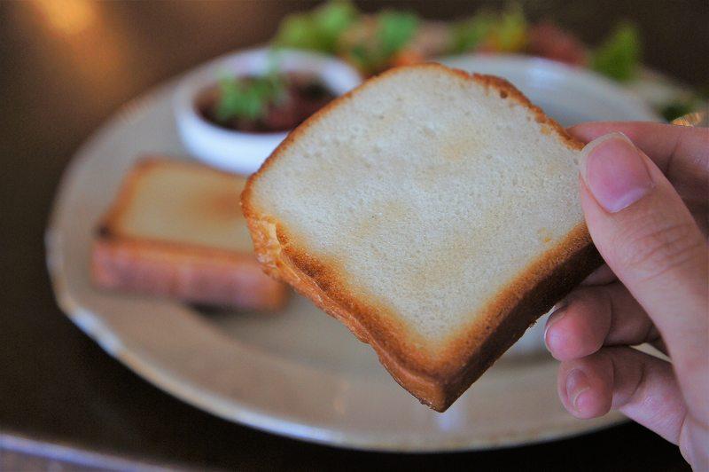 キメの細かい小さな食パンを手に持っているようす