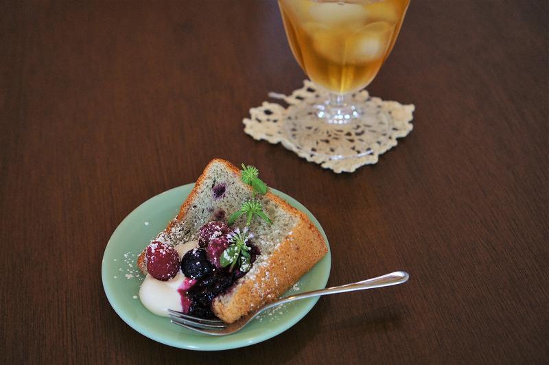 ベリーとクリームがのったシフォンケーキとお茶がテーブルに置かれいてる