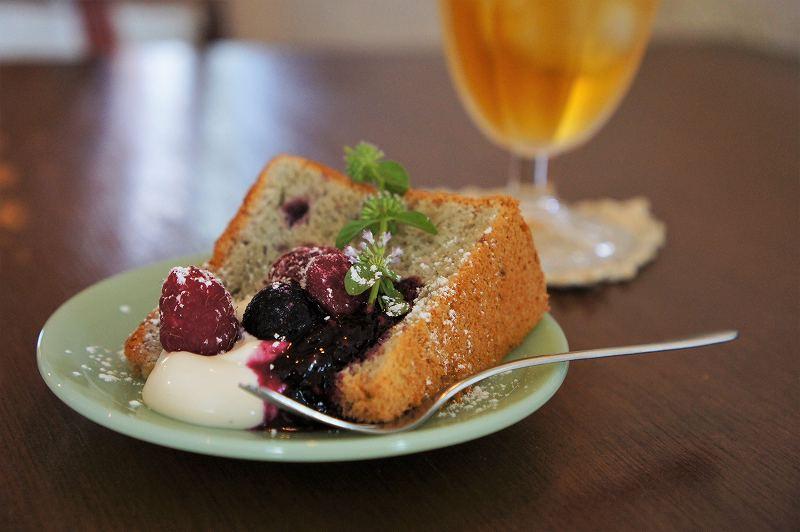 ベリーと白いクリームがのせられたシフォンケーキがテーブルに置かれている