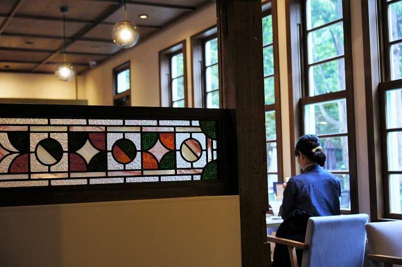ステンドグラスが施された「和洋折衷喫茶 ナガヤマレスト」の店内