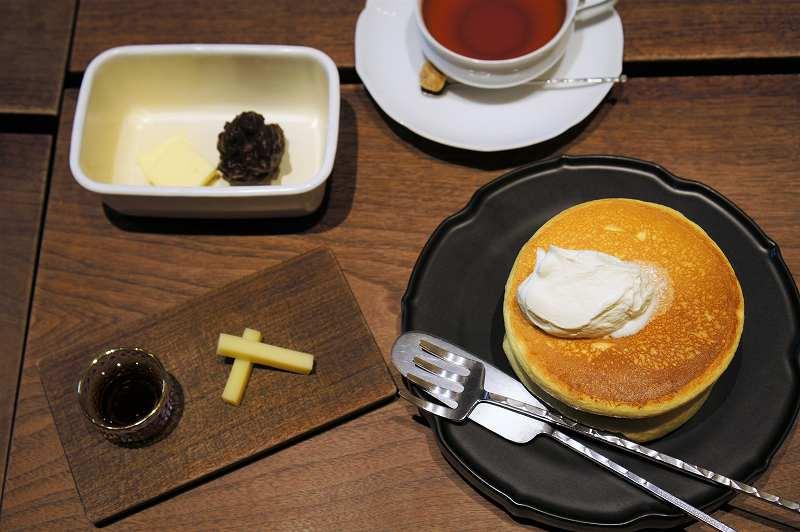 パンケーキ、紅茶、トッピングなどがテーブルに置かれている