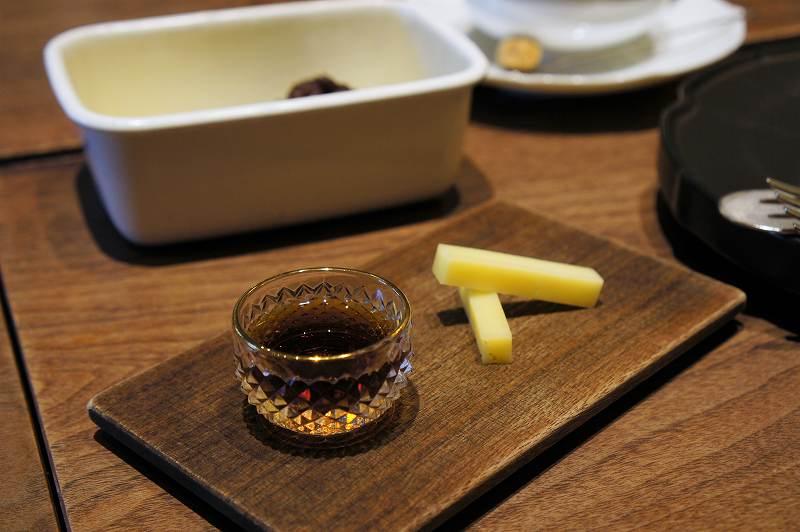 シロップ、チーズなどがテーブルに置かれている