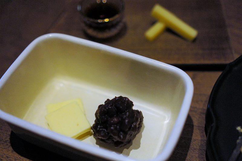 白い琺瑯容器に入ったバターと小豆がテーブルに置かれている