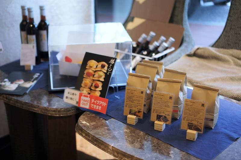 コーヒー豆、ボトル入りアイスコーヒーなどがテーブルに置かれている
