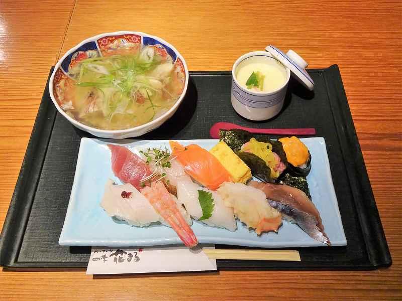 お寿司、汁物、茶わん蒸しがテーブルに置かれている