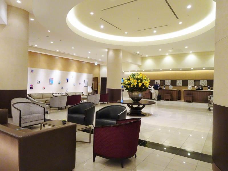 円形の照明がある「ホテル日航札幌」の1階ロビーのようす