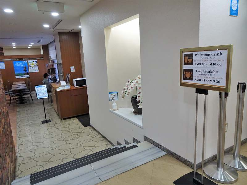 案内看板がたてられた食事スペースの入口