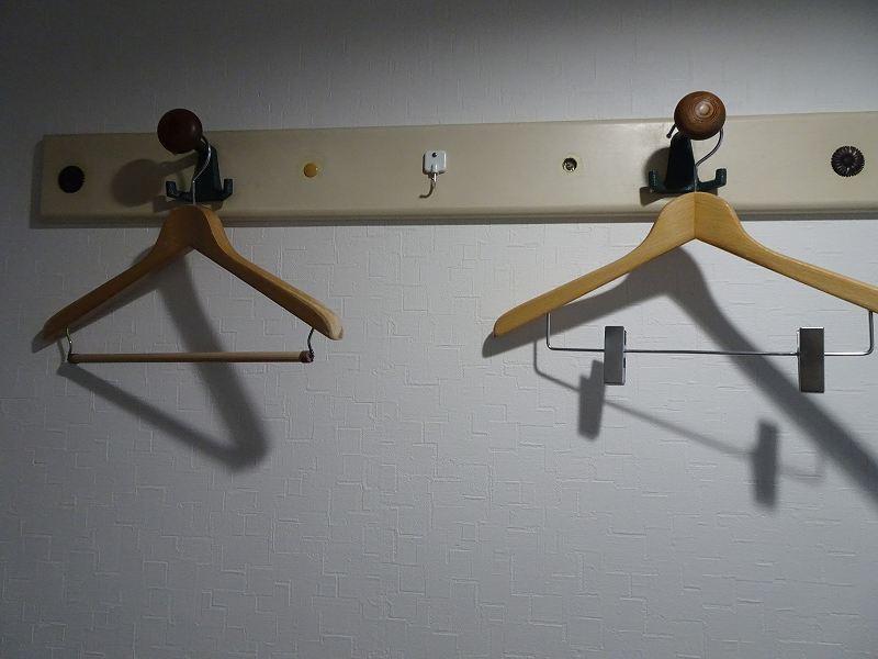 壁につけられたフックにハンガーがかけられている