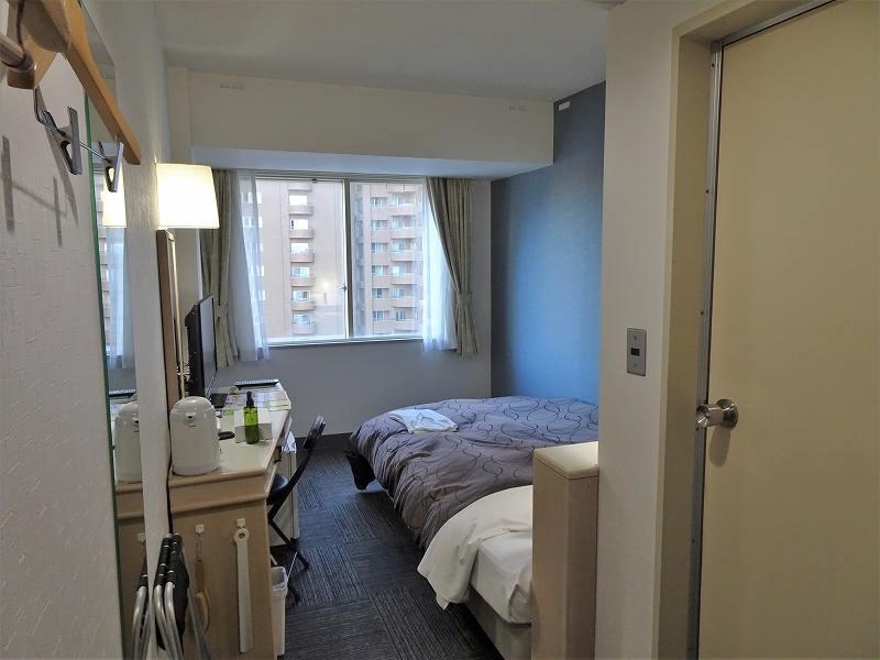 ベッドが置かれたホテルのシングルルームのようす