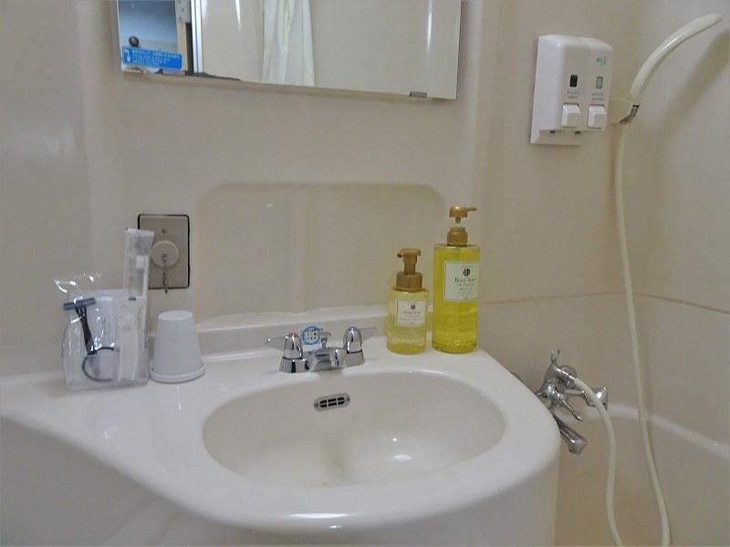 洗面ボウルまわりにアメニティやハンドソープなどが置かれている