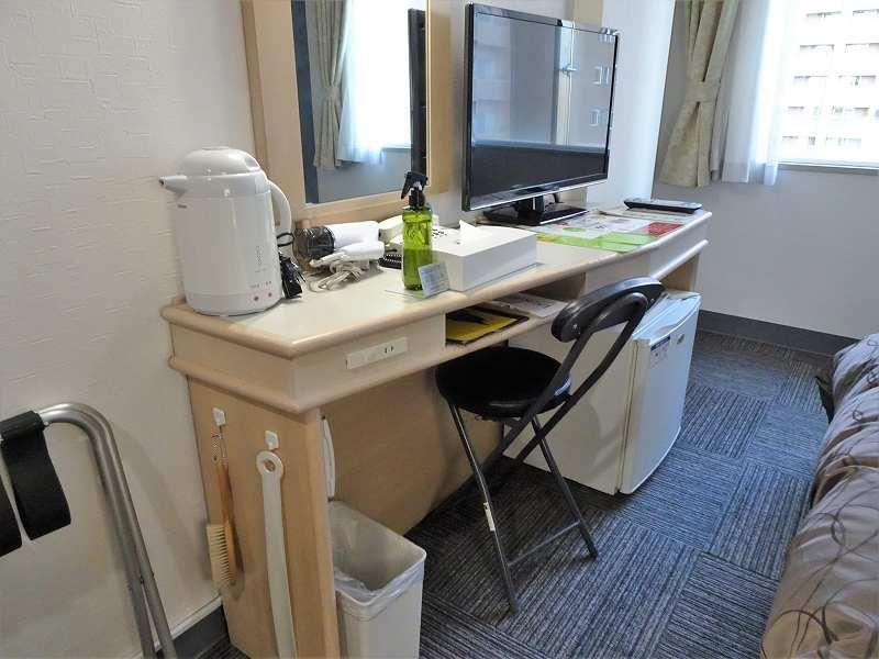電気ケトルやスプレーが置かれたホテルのテーブルのようす