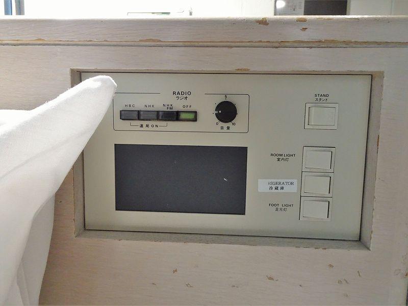 ベッドサイドにあるラジオや電気のスイッチボード
