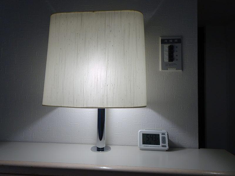 電気スタンドと目覚まし時計が棚に置かれている