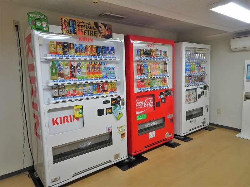 自動販売機が3台置かれている