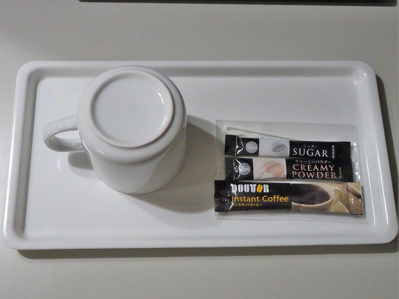 マグカップとインスタントコーヒーがテーブルに置かれている