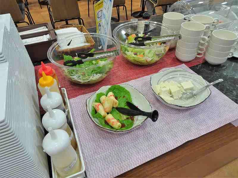 サラダ、豆腐、バナナなどがテーブルに置かれている