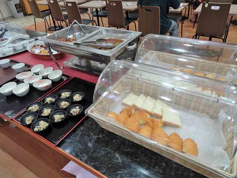 小鉢やパンが入ったケースなどがテーブルに置かれている