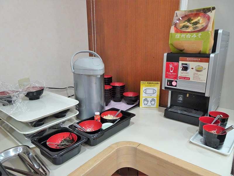 お椀にはいった具材やポットなどがテーブルに置かれている