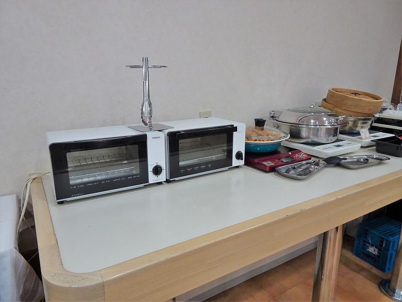 トースターが2台とおかずがテーブルに置かれている