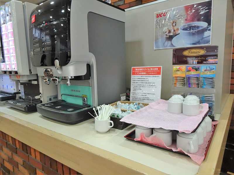 ドリンクの機械やティーカップなどがテーブルに置かれている
