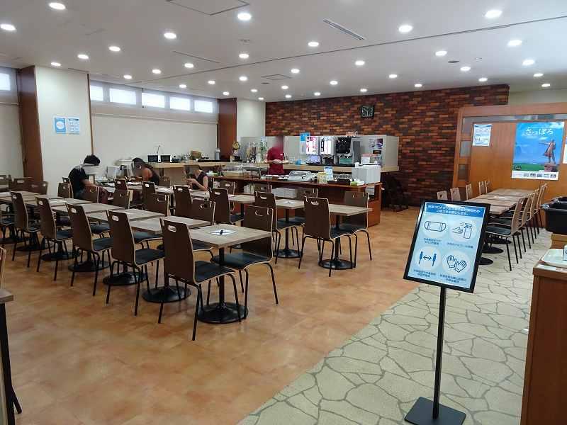 たくさんのイスとテーブルが並ぶ食堂