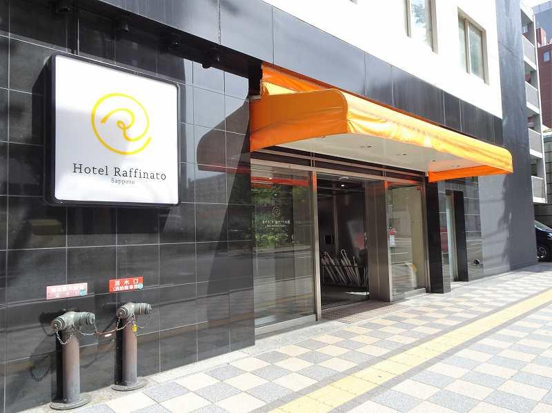 オレンジがポイントの「ホテルラフィナート札幌」の入口