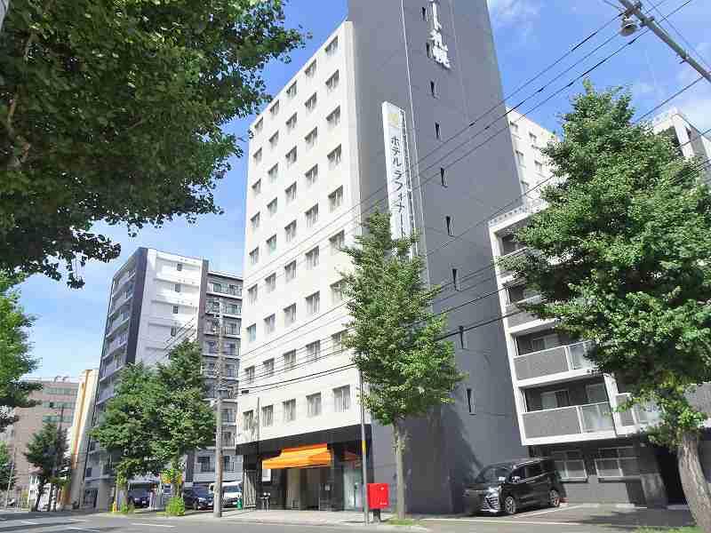 グレーのと白のシンプルな「ホテルラフィナート札幌」の外観