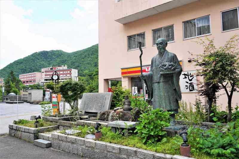 定山渓ホテル前に建立する美泉定山像