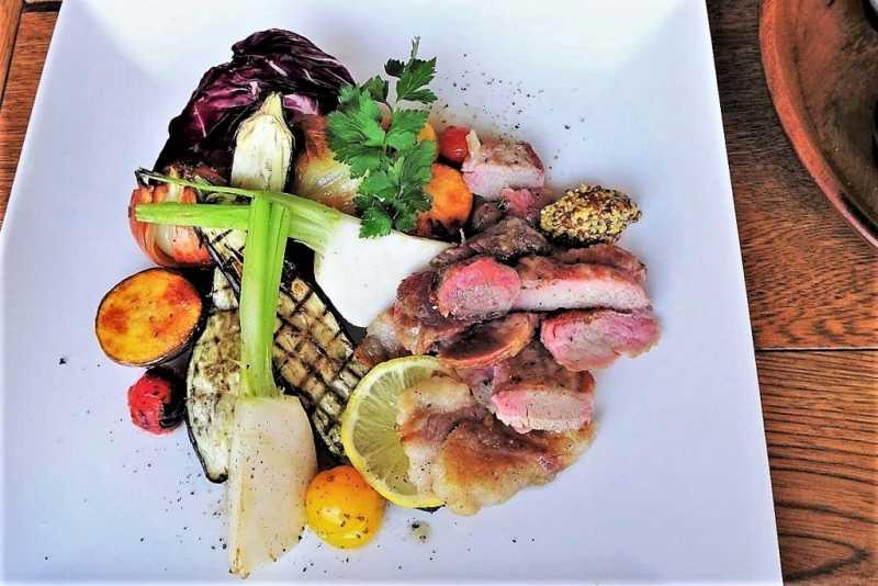 ズッカフェ22のランチセットのお肉料理