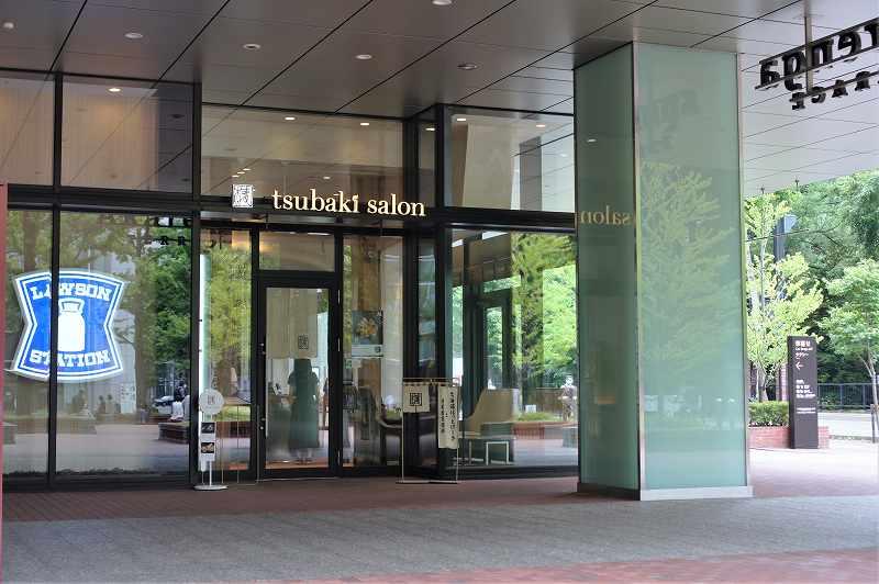 ガラス張りの「椿サロン 赤れんがテラス店」の入口外観
