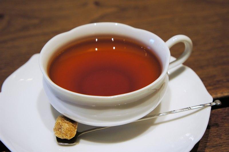 白いカップに入った紅茶がテーブルに置かれている