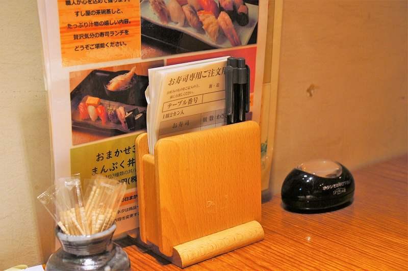 メニューや注文用紙などがテーブルに置かれている