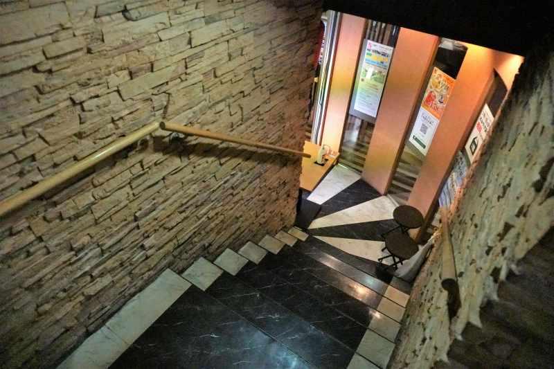 串鳥三番街店の地下へ続く階段