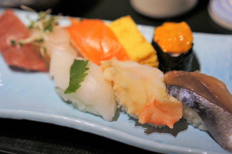 サバ、カニ、ウニなどのお寿司が皿に盛られている